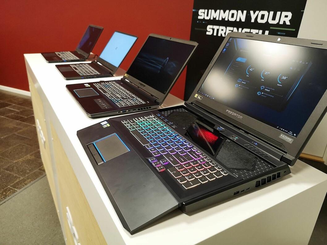 Spillbærbare har blitt lettere og fått mindre rammer på skjermen, her er Acers Predator-linje, med toppmodellen Helios 700 forrest til høyre. Foto: Marte Ottemo.