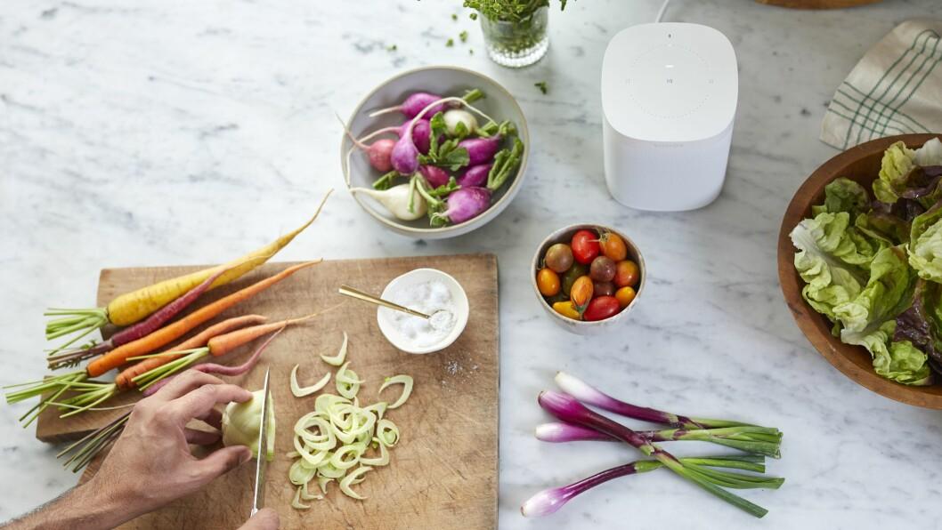 Nå kan du snakke til Sonos One mens du kutter grønnsaker. Foto: Sonos