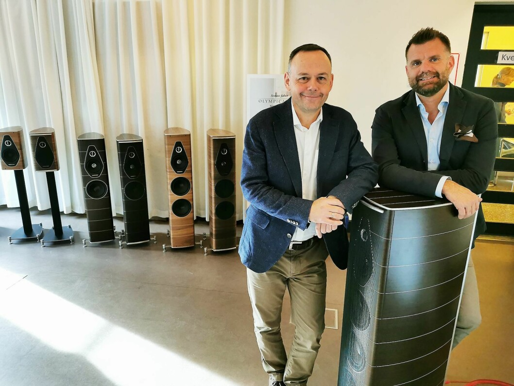 Markedssjef Jarle Ruud (t. v.) i Mono AS og utviklingssjef Paolo Mezzon i Sonus Faber med den nye Olympica Nova-serien. Foto: Stian Sønsteng