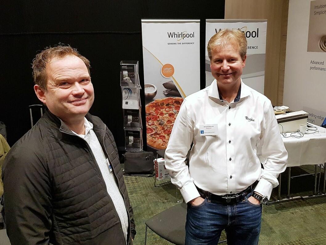Daglig leder Stig Gule (t. v.) i GI Elektro Hvitevarer AS i Molde besøkte standen til Ole Storkaas i Whirlpool. Foto: Jan Røsholm.