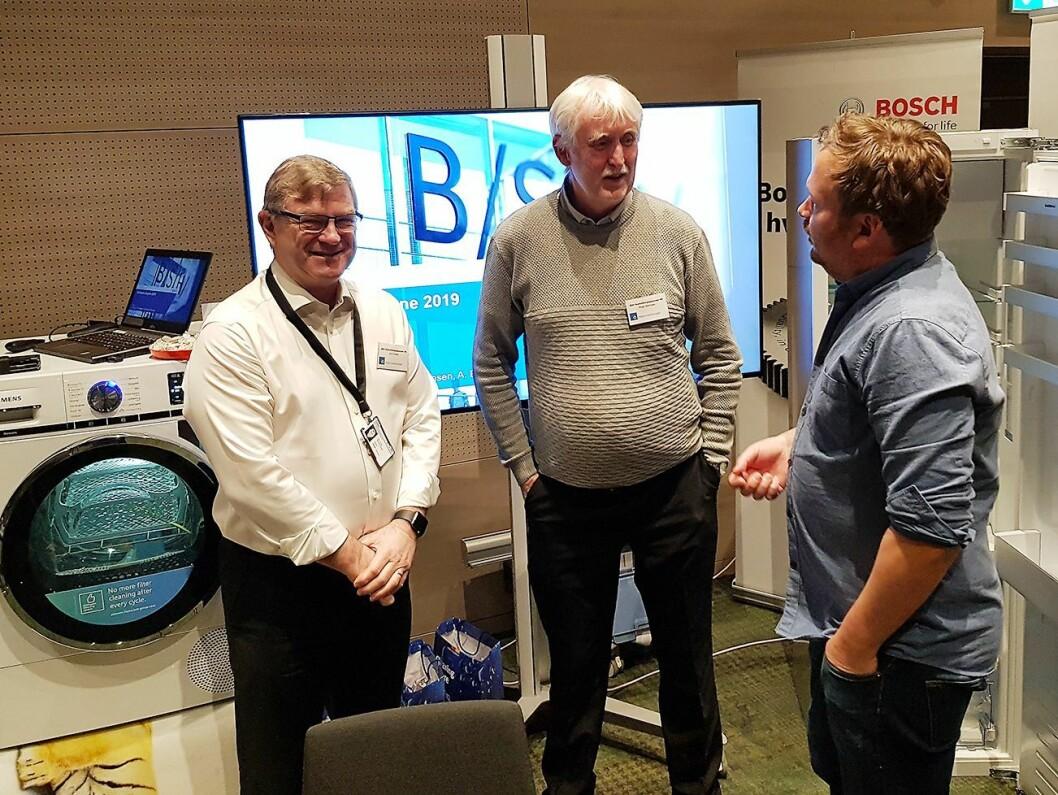 John Eriksen (f. v.) og Roger Martinsen fra BSH Husholdningsapparater diskuterer kjøleteknikk med Kjetil Petterson fra Pema. Foto: Jan Røsholm.