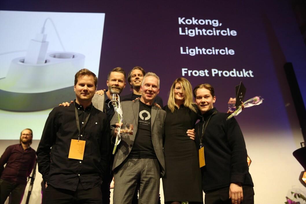 Lightcircle of Norway og gründer Morten Revill (i midten), mottok pris for sin smarte strømløsning. Foto: Doga