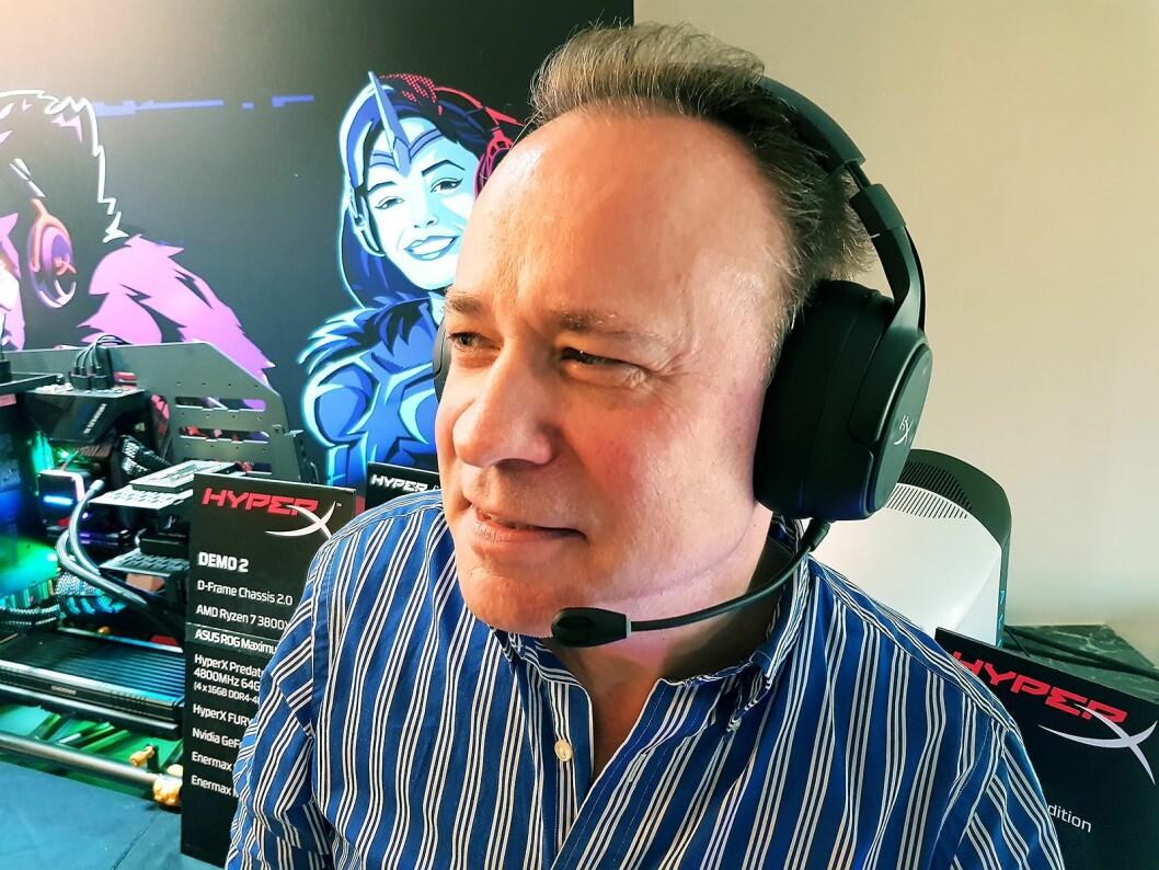 Europa-sjef i HyperX Paul Leaman med den nye spillhodetelefonen. Foto: Jan Røsholm.
