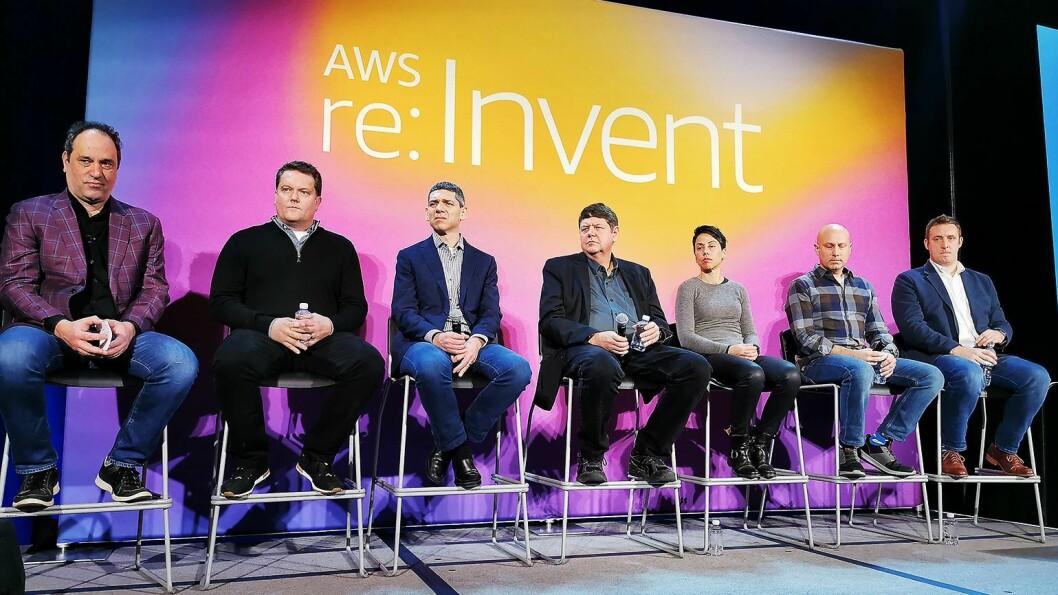 Fra høyre Matt Wood (AI-tjenester), Joshua Burgin (teknisk rådgivning), Mai-Lan Bukovec (lagring), Bill Vass (prosjektering), Andi Gutmans (analyse) og Shawn Bice (databaser). Alle visepresidenter i AWS, med unntak av Burgin som er direktør. Foto: Stian Sønsteng