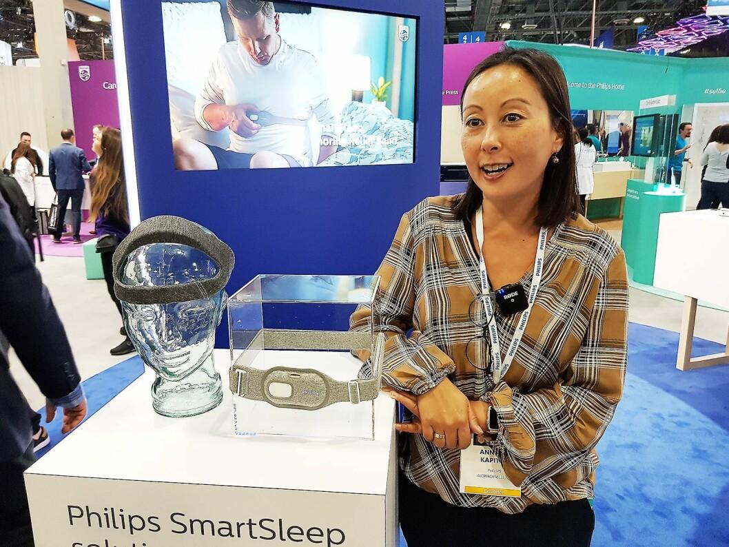 Annette Kapitan fra Philips viser frem to nyheter for å forbedre søvnkvaliteten. Foto: Jan Røsholm