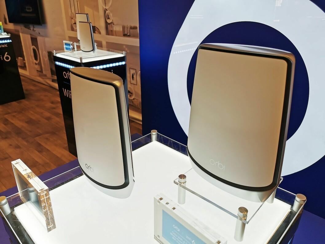 Netgears Orbi-serie maskenettverksprodukter kom med Wi-Fi 6 før nyttår. En topakning koster 8.000 kroner, og skal dekke 500 kvadratmeter. Foto: Stian Sønsteng