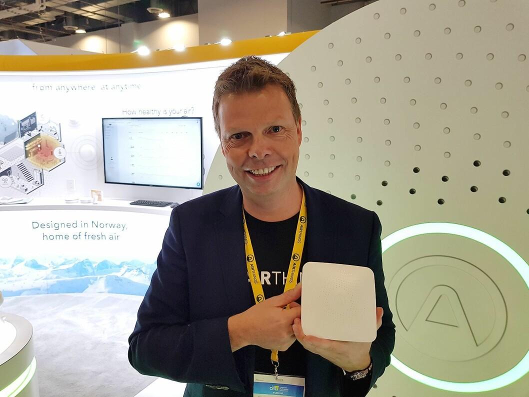Airthings-sjef Øyvind Birkenes viser frem den nye Hub. Foto: Jan Røsholm.