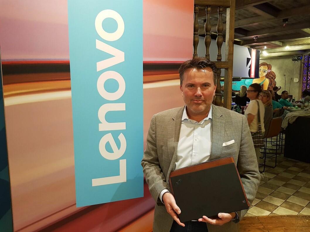 Morten Karlsrud fra Lenovo på plass foran selskapets utstilling på CES-messen. Foto: Jan Røsholm