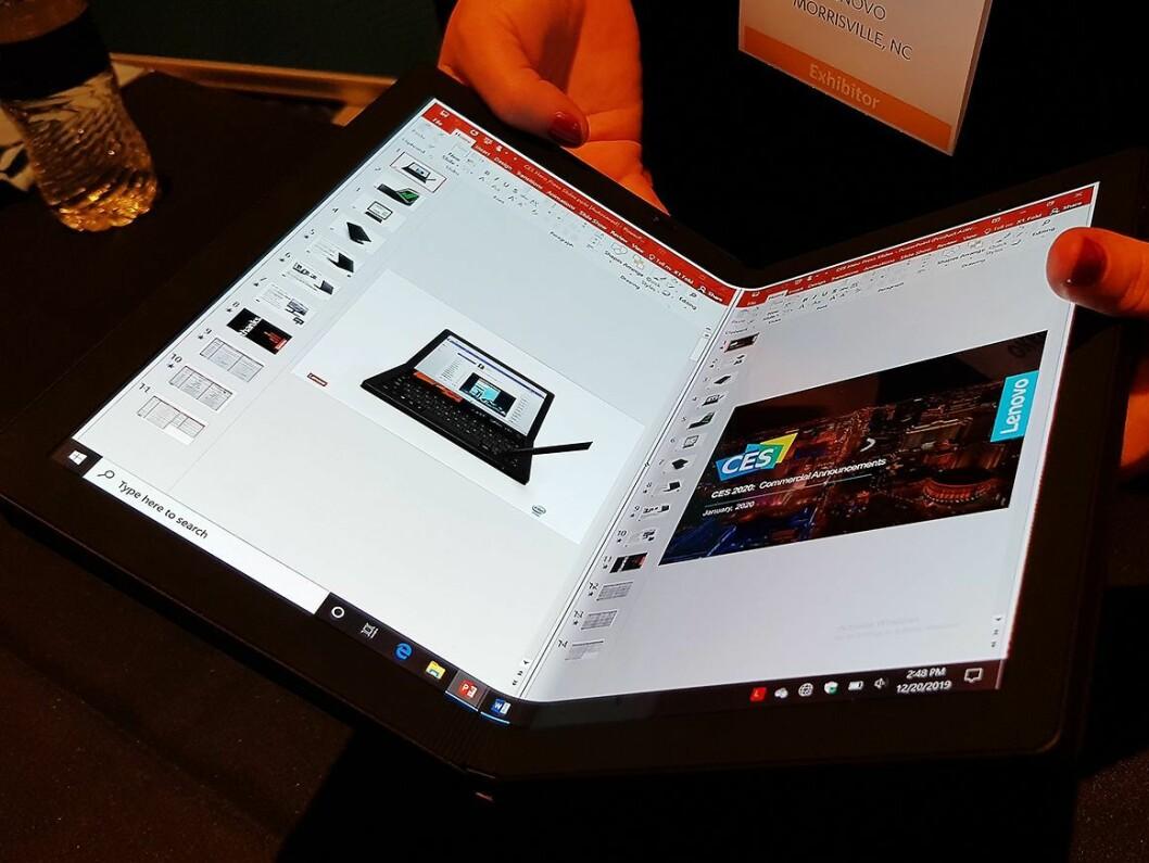 Thinkpad Fold 1 har en foldbar skjerm, og blir både pc og nettbrett i ett. Foto: Jan Røsholm.