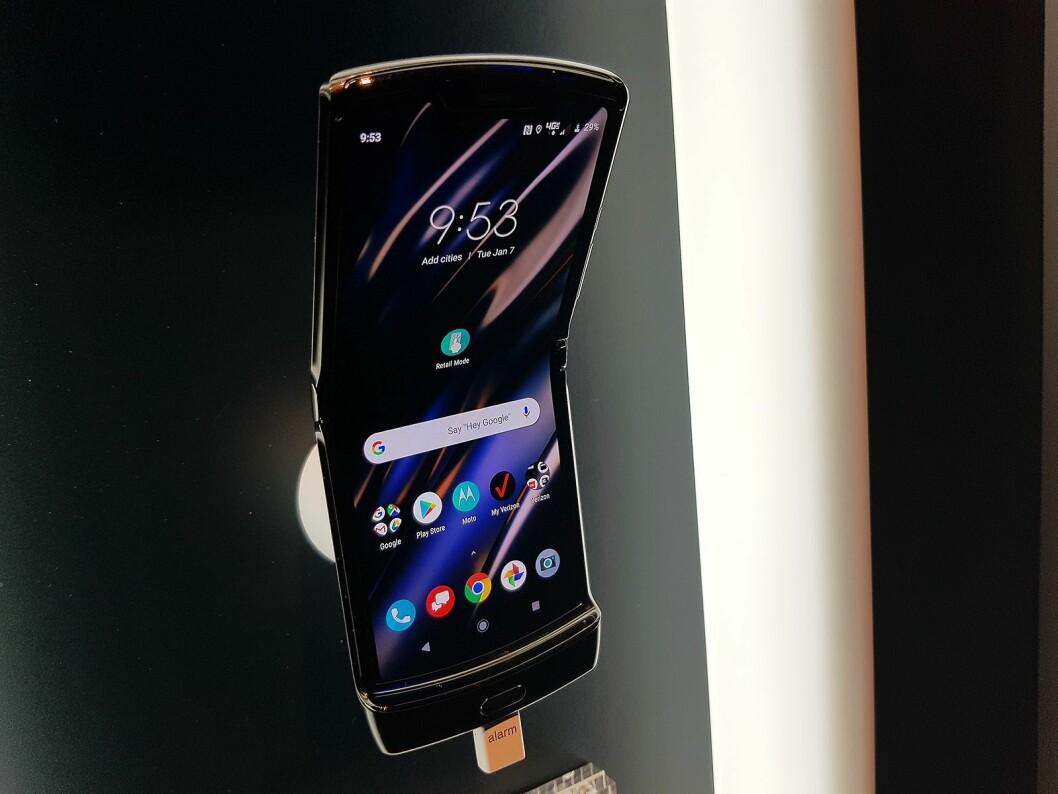 Motorola Razr er utstyrt med en foldbar skjerm. Foto: Jan Røsholm.