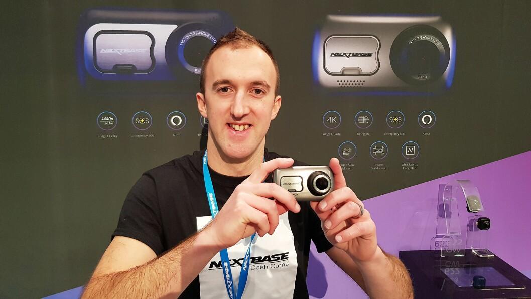 Bryn Broker, markedssjef i Nextbase med det nye kamera 622GW. Foto: Jan Røsholm