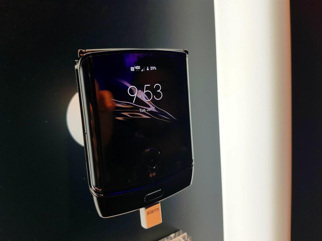 Når telefonen er slått sammen, viser en liten skjerm statusmeldinger. Foto: Jan Røsholm.