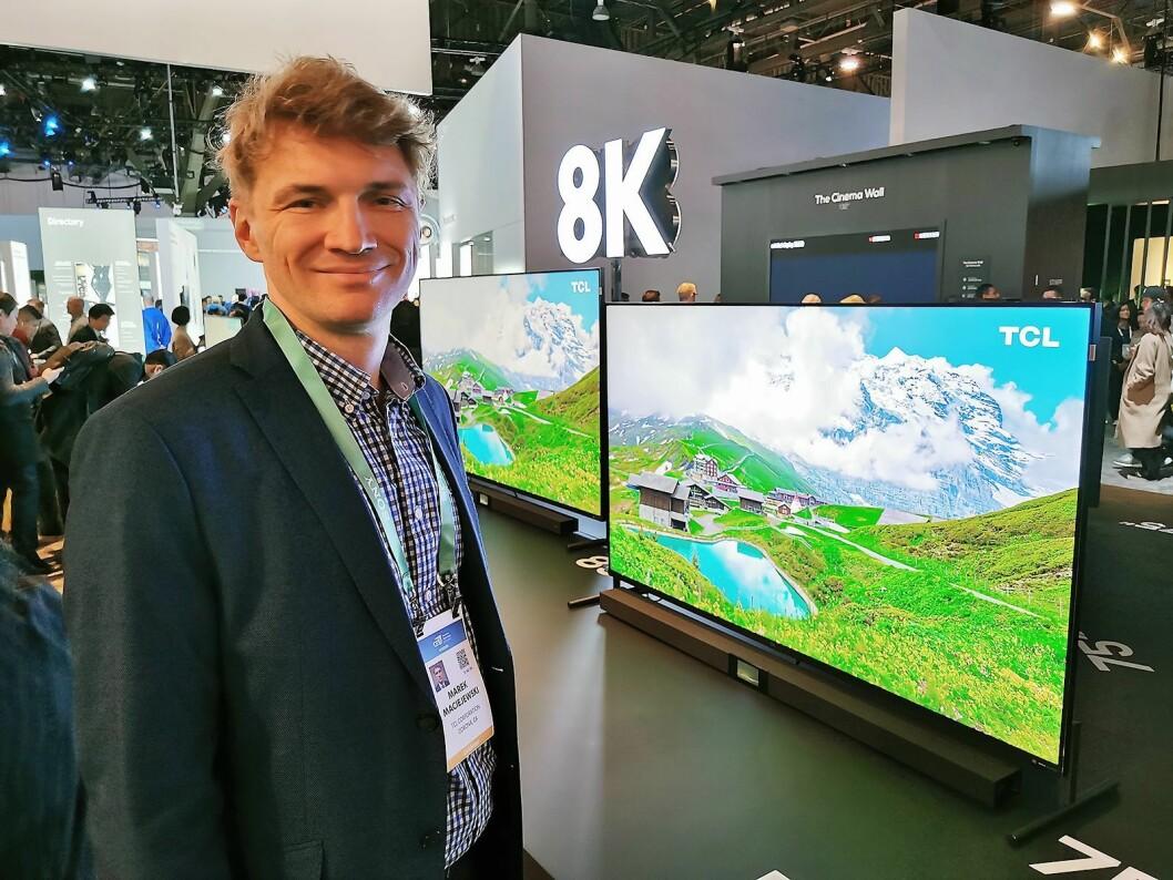 Produktutviklings-direktør Marek Maciejewski i TCL Europe med selskapets første 8K-TV på det norske markedet, X91, der lydplanken følger med. Foto: Stian Sønsteng