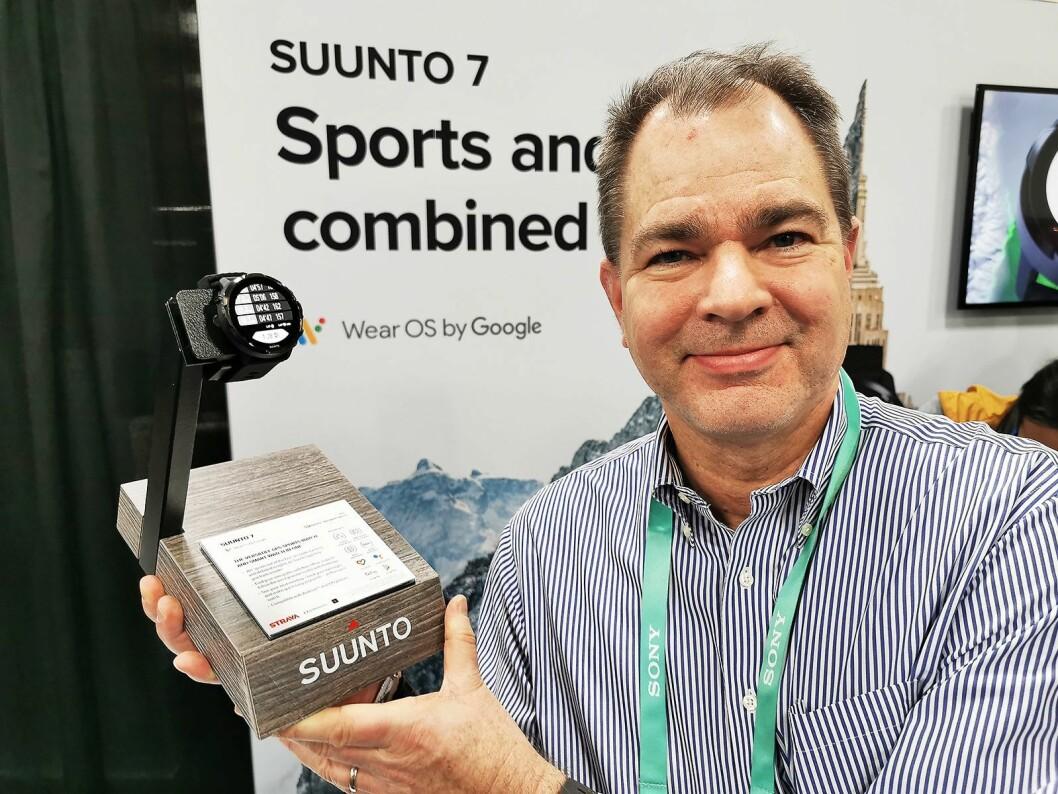 Produktsjef Lasse Siitonen i finske Suunto med selskapets første smartklokke; Suunto 7. Foto: Stian Sønsteng