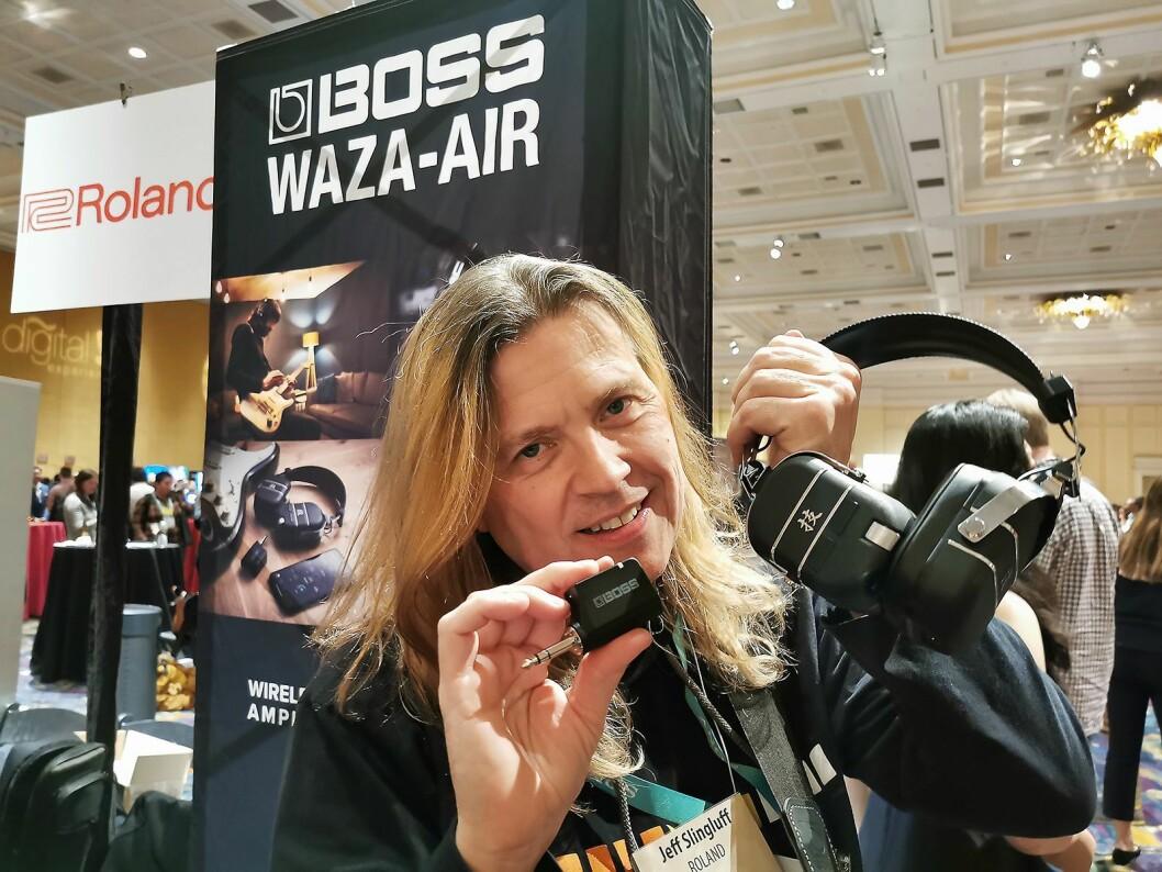 Jeff Slingluff i Boss U. S., en divisjon i Roland Corporation U. S., med hodetelefonene Boss Wasa-Air for gitarister. Foto: Stian Sønsteng.
