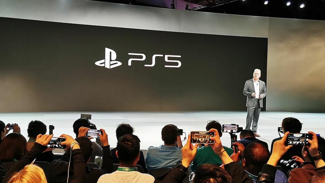 PlayStation-sjef Jim Ryan viser under CES-messen for første gang den nye PS5-logoen. Foto: Stian Sønsteng