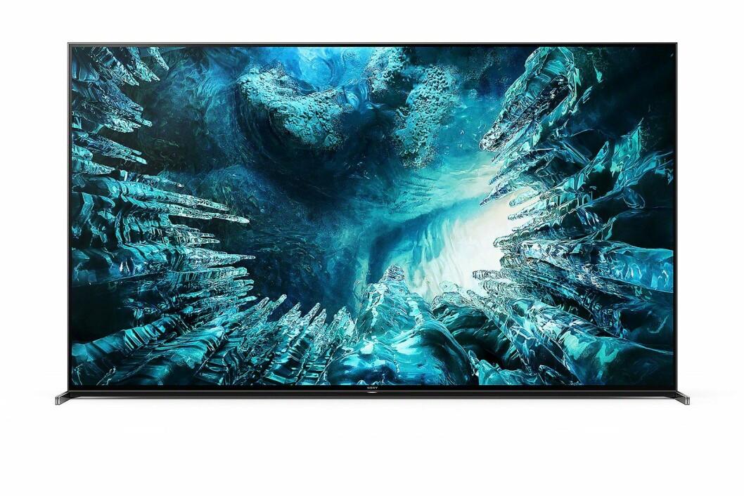 8K-TVen Sony ZH8 kommer i 75 og 85 tommer, har direktebelyst led bak LCD-skjermen, og har lydelementer i rammen virtuelt skal plasserer lyden etter hvor i bildet ting skjer. Foto: Sony.