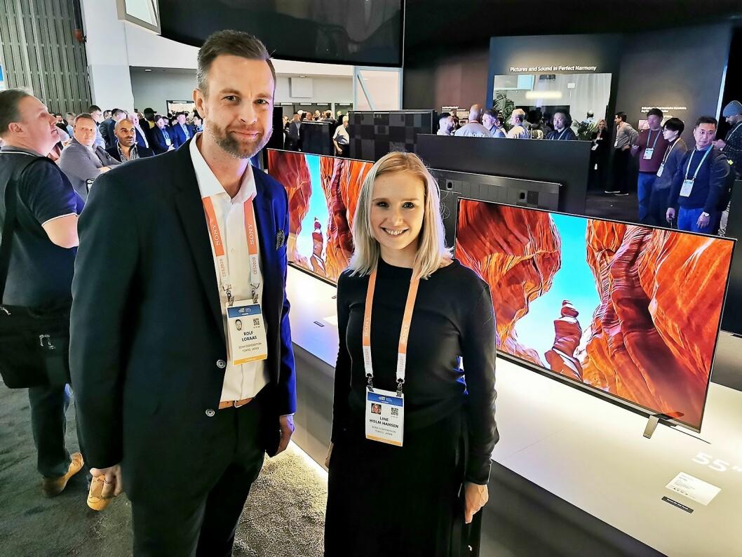 Rolf Loraas og Line Holm Hansen i Sony med oled-TVene i A8-seriene, som har fått en vendbar fot slik at apparatet kan hvile på benken, eller løftes opp slik at det blir plass til en lydplanke under. Foto: Stian Sønsteng.