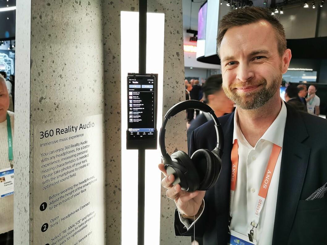 – Med 360 Reality Audio tilbyr vi en helt ny musikkopplevelse, sier Rolf Loraas i Sony. Foto: Stian Sønsteng.