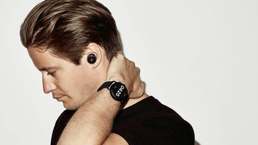 Kyrre Gørvell-Dahll (Kygo) med de helt trådløse øreproppene Xellence og klokken X by Kygo har laget sammen med Fossil og Skagen. Foto: X by Kygo