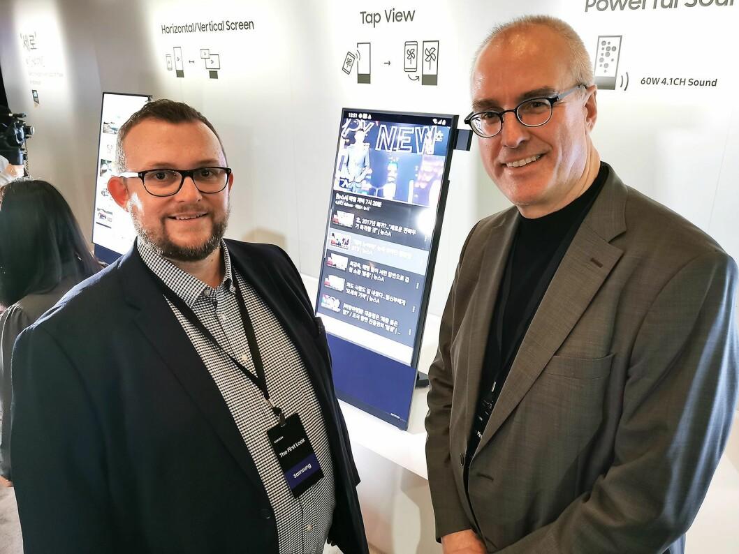 Produktspesialist Knut-Eirik Rørnes (t. v.) og teknisk produktsjef TV/AV Magnus Nilsson i Samsung Nordic med TVen The Sero, som med en motor snur seg 90 grader fra horisontal til vertikal visning. Foto: Stian Sønsteng.