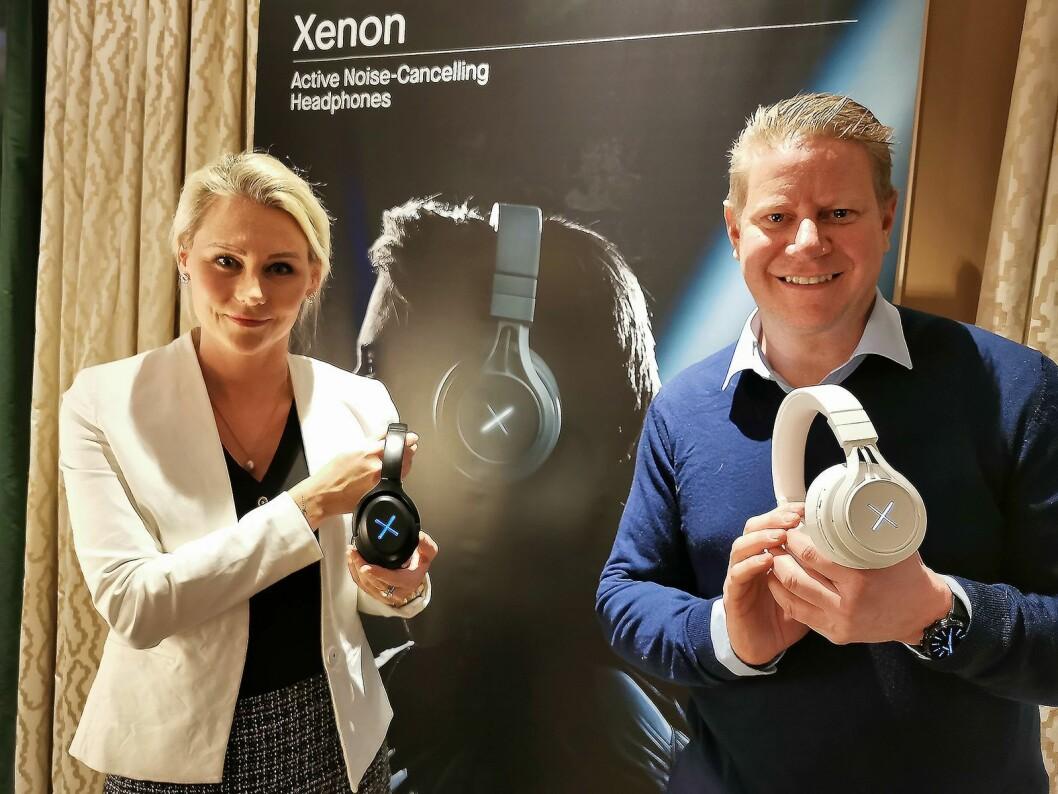 Tonje Ruud-Hevrøy og Finn Kristoffer Larsen har Kygo selv i ryggen når de viser frem de nye hodetelefonene Xenon. Foto: Stian Sønsteng.