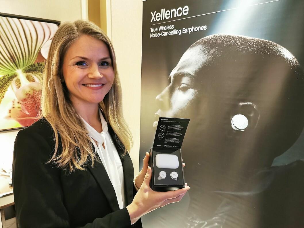 Elise Reiten i X by Kygo med de helt trådløse ørepropper Xellence, med Mimi Hearing Technologies' løsning der man kan stille inn lyden etter sin egen hørsel. Foto: Stian Sønsteng.