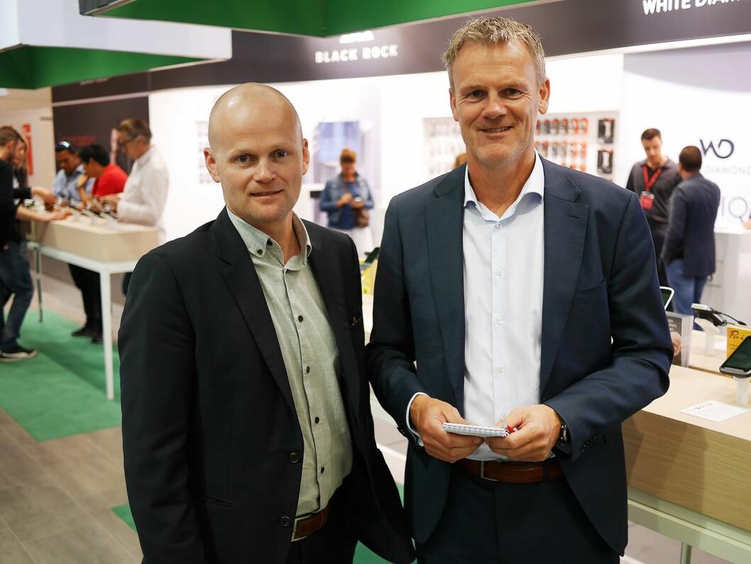 Roy Larsen (t. h.) er nordisk kategoridirektør for mobil, fitness og foto i Power. Her er han sammen med Thomas Korsnes, som er nordisk kategorisjef mobil, på IFA-messen i Berlin i 2017. Foto: Stian Sønsteng