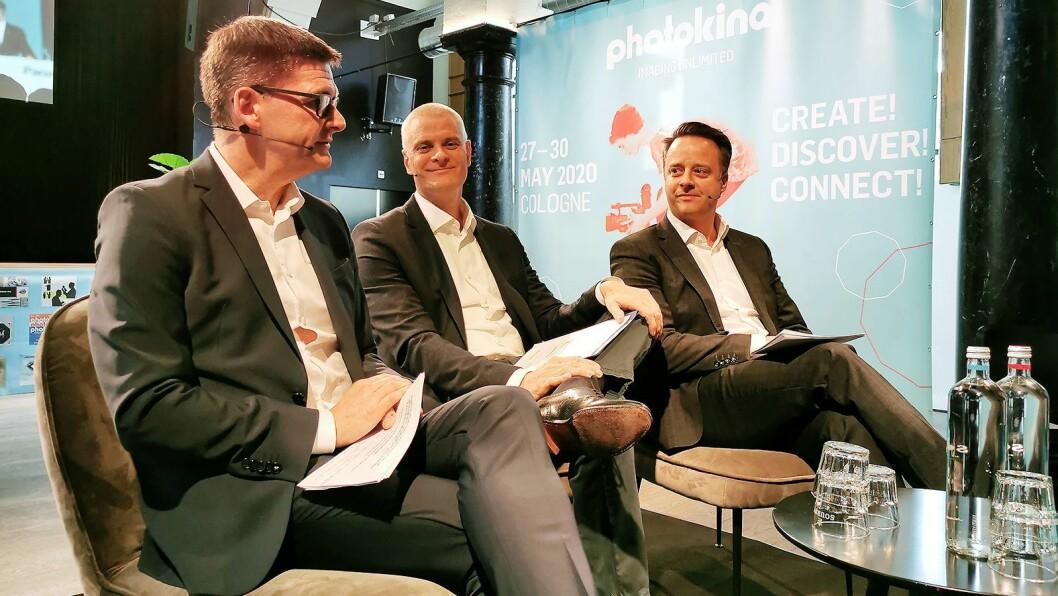 Kai Hillebrandt (styreleder i den tyske bransjeforeningen Photoindustrie-Verband (PIV) flankert av Oliver Frese (t. v.) og Christoph Werner ved Koelnmesse GmbH under Photokinas pressemøte i februar. Foto: Stian Sønsteng