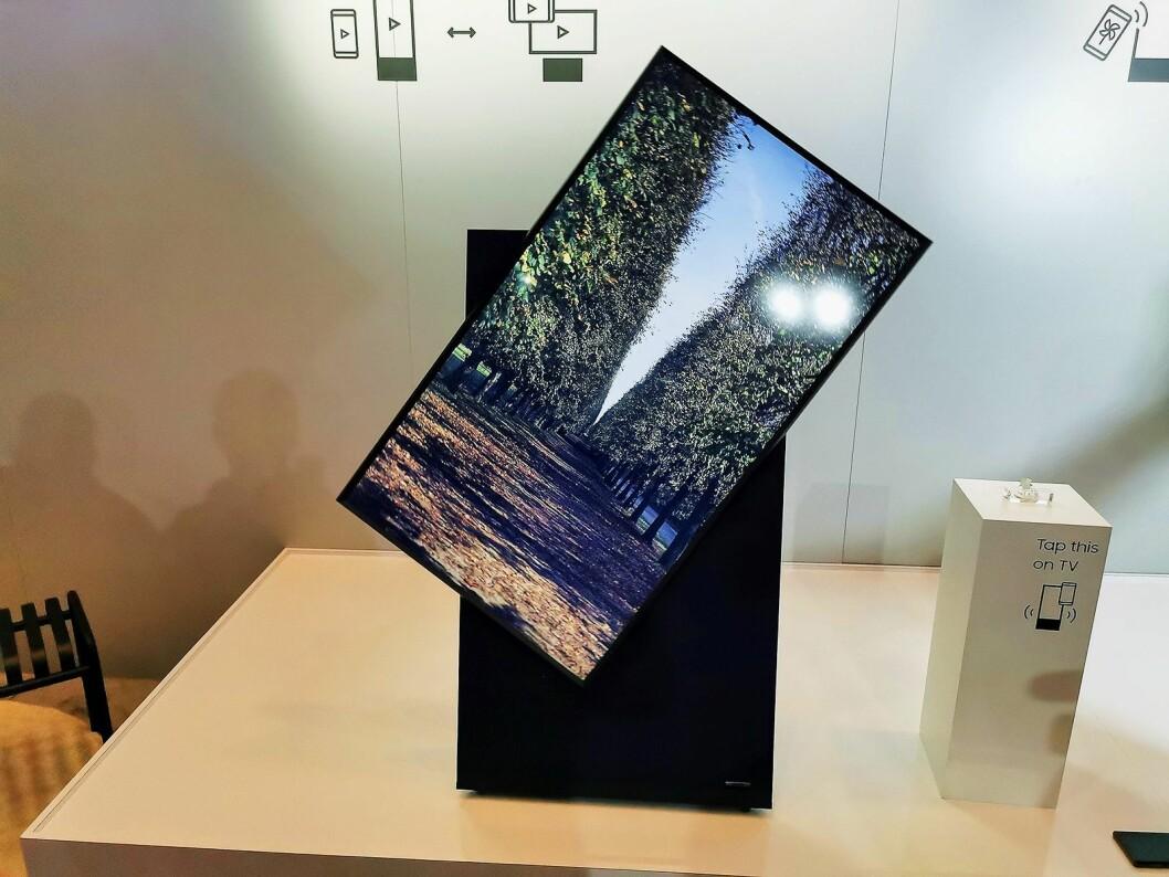 Samsungs TV The Sero snur seg med en motor fra horisontal til vertikal posisjon. Foto: Stian Sønsteng.