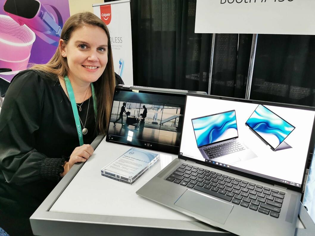 Amanda Baker med Dell Latitude 9510, der man kan velge mellom en tradisjonell skjerm og en berøringsskjerm i foldbar utgave. Foto: Stian Sønsteng
