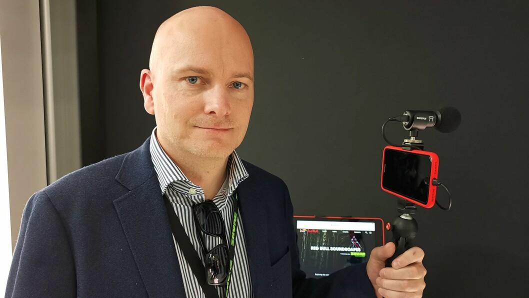 Arild Høyem i Benum fotografert på NAMM i California i januar i fjor, med Shure MV88+ Video Kit, der det følger med et Manfrottostativ. Foto: Stian Sønsteng.
