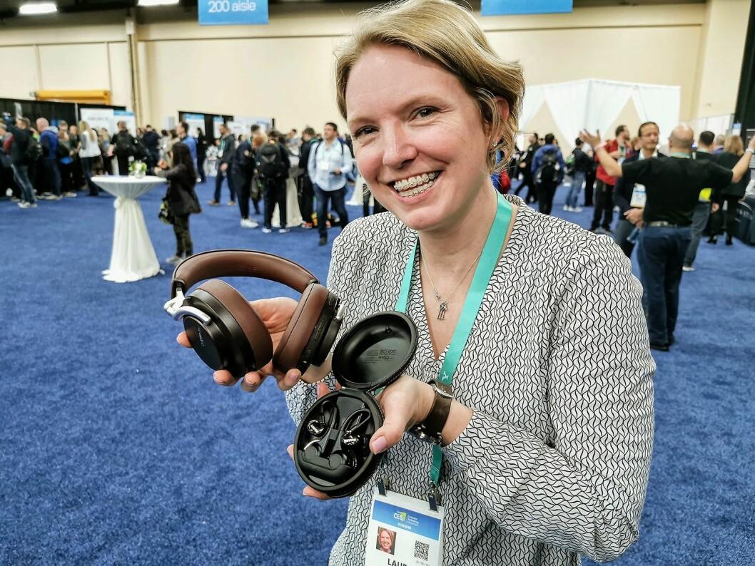 Laura Clapp Davidson i Shure med hodetelefonene Aonic 50 og de helt trådløse øreproppene Aonic 215. Foto:Stian Sønsteng
