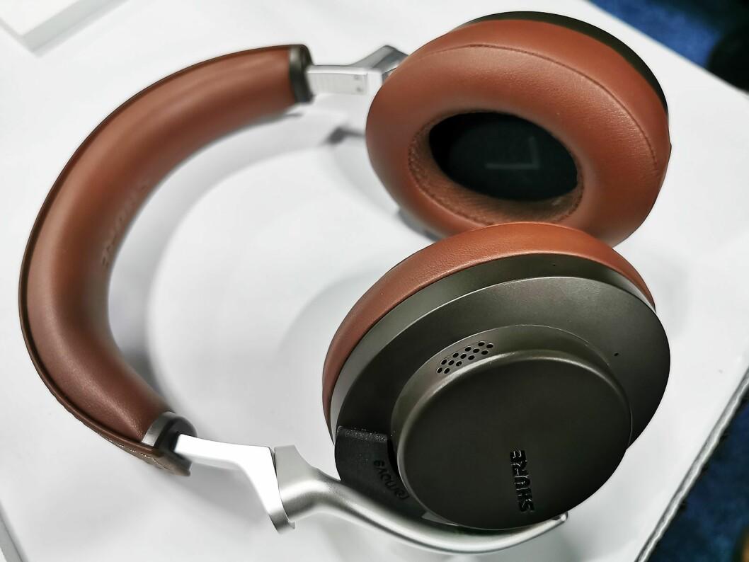 Blåtannhodetelefonene Shure Aonic 50 har aktiv støyreduksjon og en funksjon som gjør det mulig å høre verden rundt seg. Pris: 5.200 kroner. Foto: Stian Sønsteng.