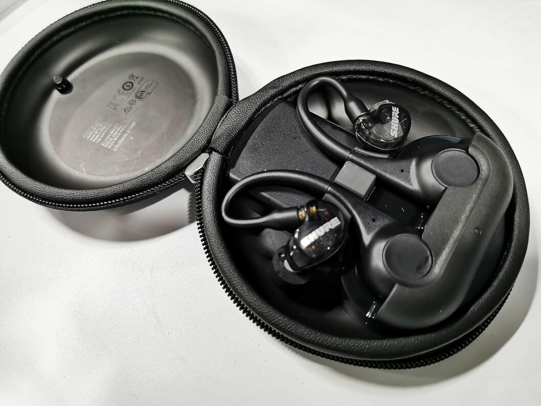De helt trådløse øreproppene Shure Aonic 215 kan plugges i en ledning eller i de medfølgende blåtannbøylene. Pris: 3.300,- Foto: Stian Sønsteng.