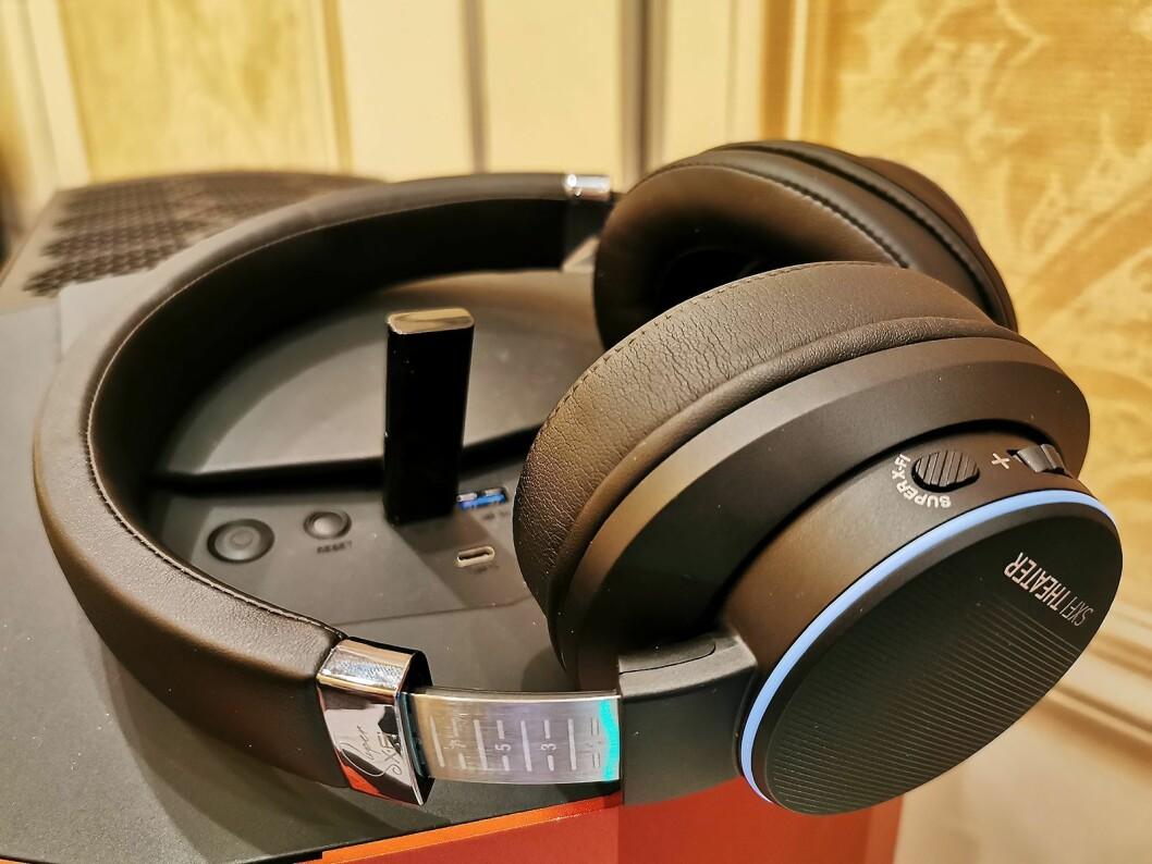 Creative SXFI Theater har trådløs 2,4 GHz-overføring av lyden via en USB-enhet, med fem ganger mindre forsinkelse enn en standard blåtannoverføring. Batteritid: 30 timer. Foto: Stian Sønsteng.