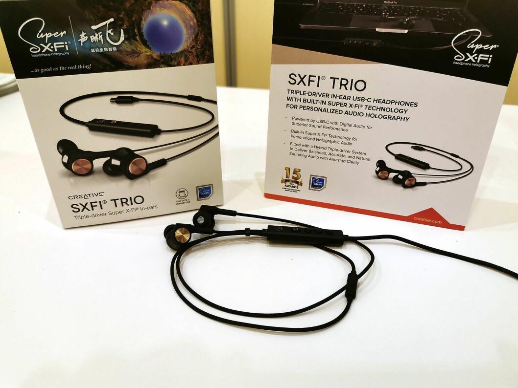 Øreproppene SXFI Trio har trippeldrivere, innebygd Super X-Fi og USB-C. Disse kommer i handelen i vår, til rundt 150 USD. Foto: Stian Sønsteng.