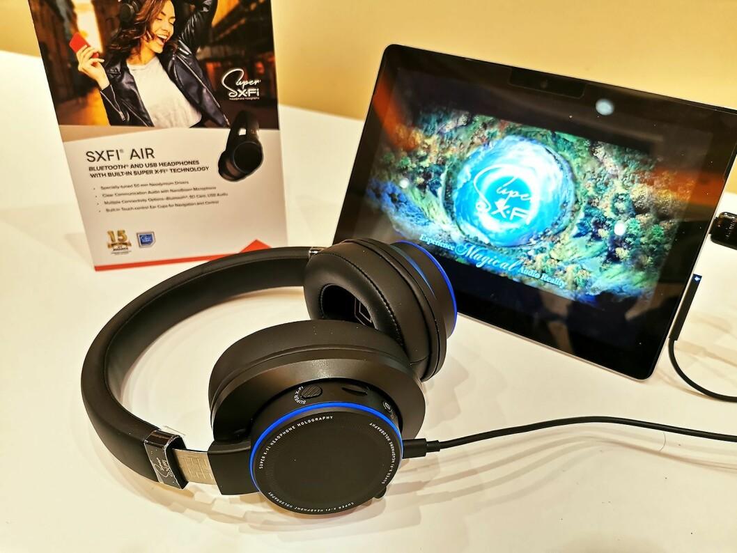Creative SXFI Air har i andre generasjon fått øreputer i skinn og økt batteritid. Blåtann, USB-C, 3,5 mm-inngang og mikro SD-kortleser. Pris: 1.800,- Foto: Stian Sønsteng.