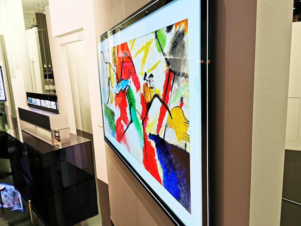 LGs nye G-serie består av 4K oled-TVer med galleridesign, som bygger 1,9 cm ut fra veggen inklusive kabler og veggfeste, i størrelsene 55, 65 og 77 tommer. I bakgrunnen selskapets rulle-TV. Foto: Stian Sønsteng. Foto: Stian Sønsteng.