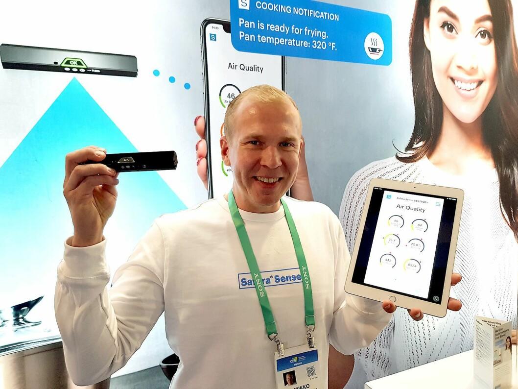 Mikko Reinikainen i Safera viser frem den nye sensoren og appen som gir informasjonen. Foto: Jan Røsholm.