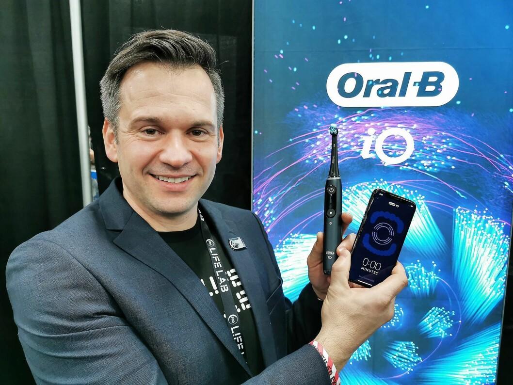 Christian Mandl i Procter & Gamble med den nye smarte tannbørsten Oral-B iO. Foto: Stian Sønsteng