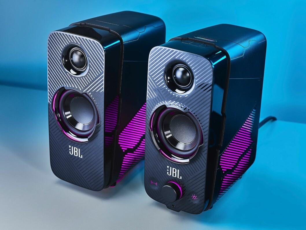 JBL Quantum Duo er de eneste høyttalerne i serien, ifølge Wemier med kraftig bass og unike lyseffekter. Foto: JBL.