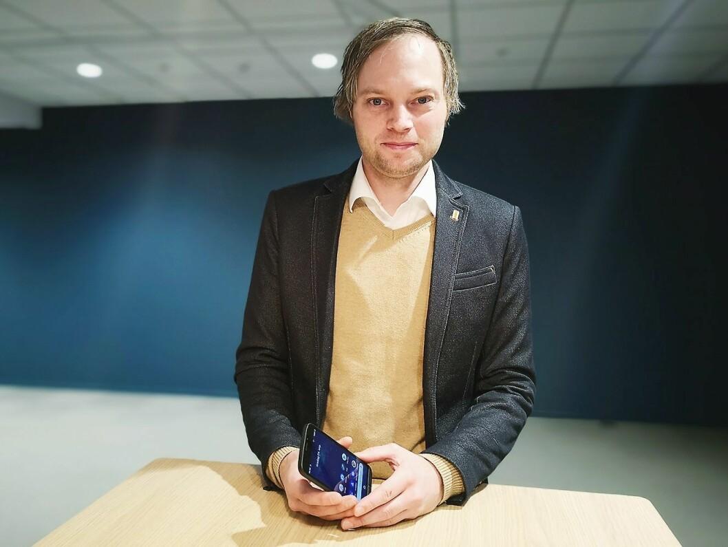 Anders Austad, nøkkelkundeansvarlig i Doro, viser fram selskapets siste smarttelefon, Doro 8050. Foto: Marte Ottemo.