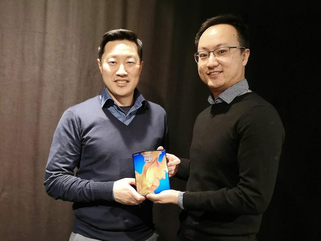 PR-sjef Anders Bigseth og Gordon Jiadong Zhou, daglig leder for Huaweis norske konsumentavdeling viser fram nye Mate Xs. Foto: Marte Ottemo.