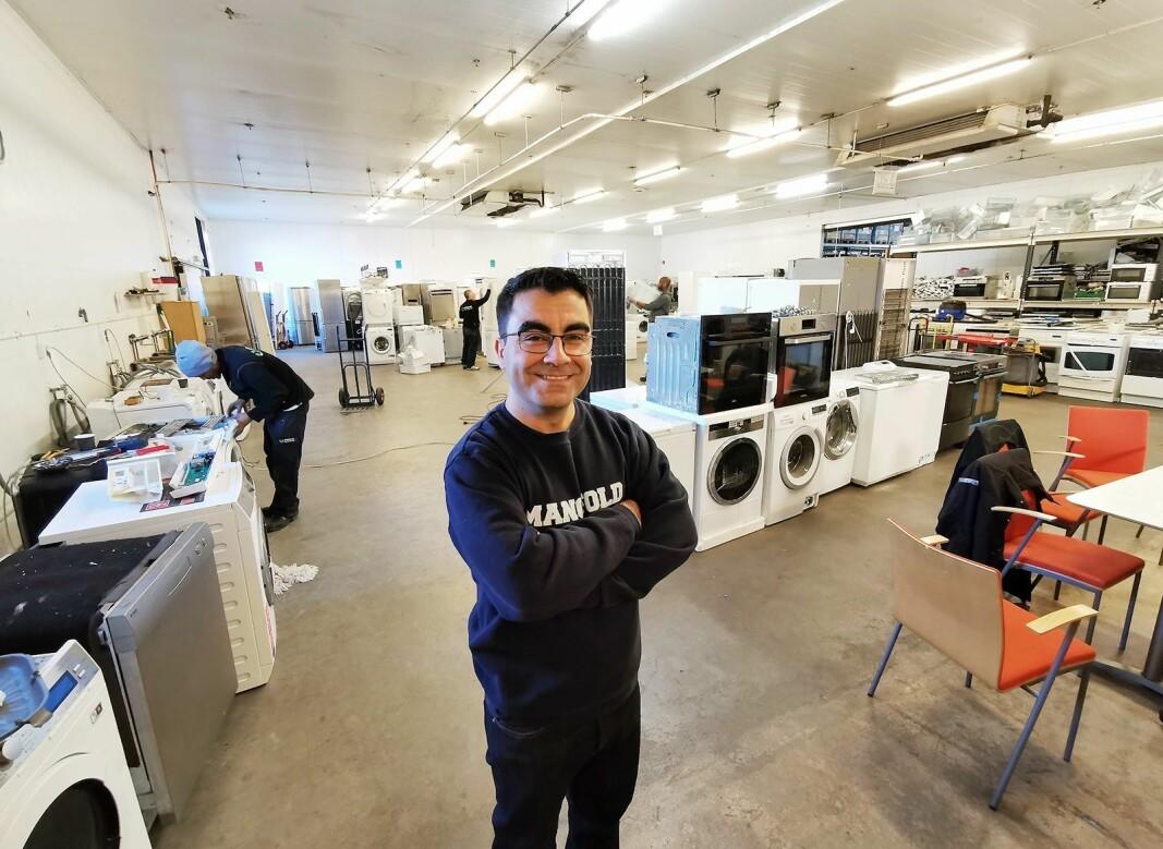 Jawad Azadmehr eier og driver Sirkular Gjenbruk AS på Vollebekk i Oslo, som gir nytt liv til kasserte hvitevarer. Foto:Stian Sønsteng