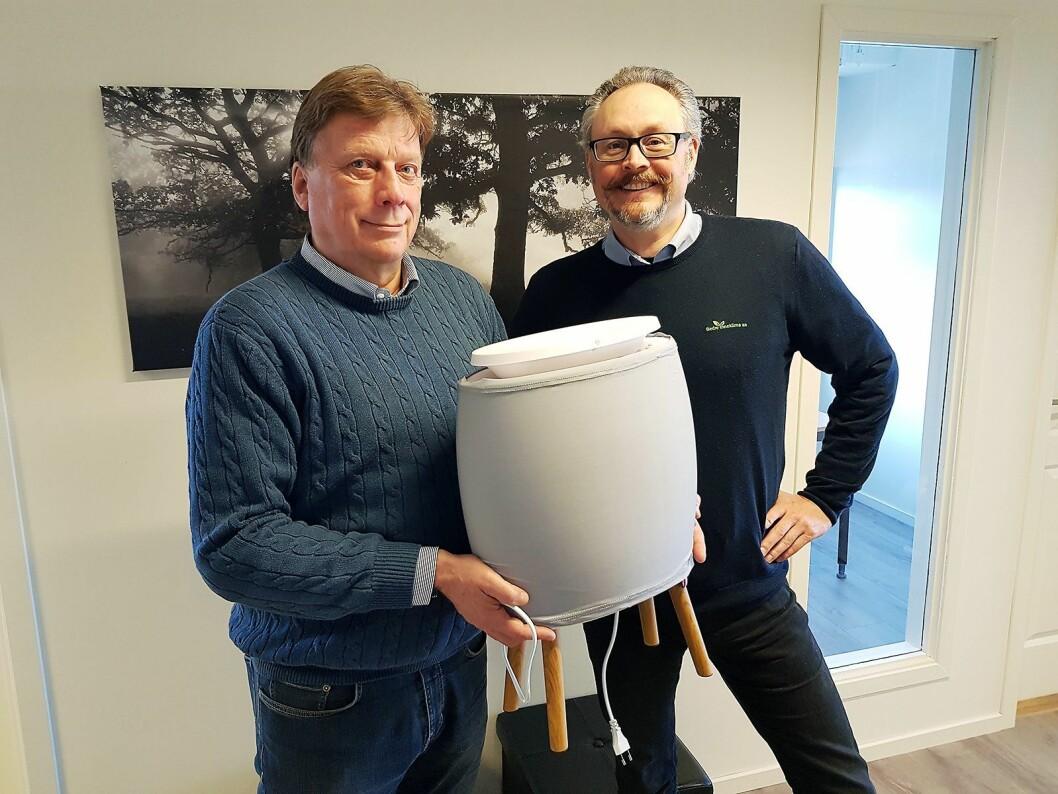 Jon Bjaaen (t. v.) og Jarle Karlsrud viser frem den smarte luftrenseren Lendou fra Air & Me, her med grått trekk som også fungerer som forfilter. Foto: Jan Røsholm.