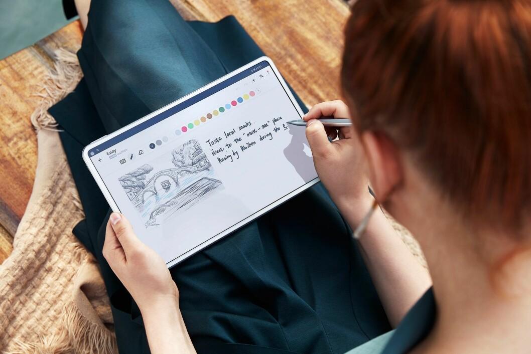 Nye MatePad kan brukes til kreative oppgaver med Huaweis M-Pencil. Foto: Huawei.