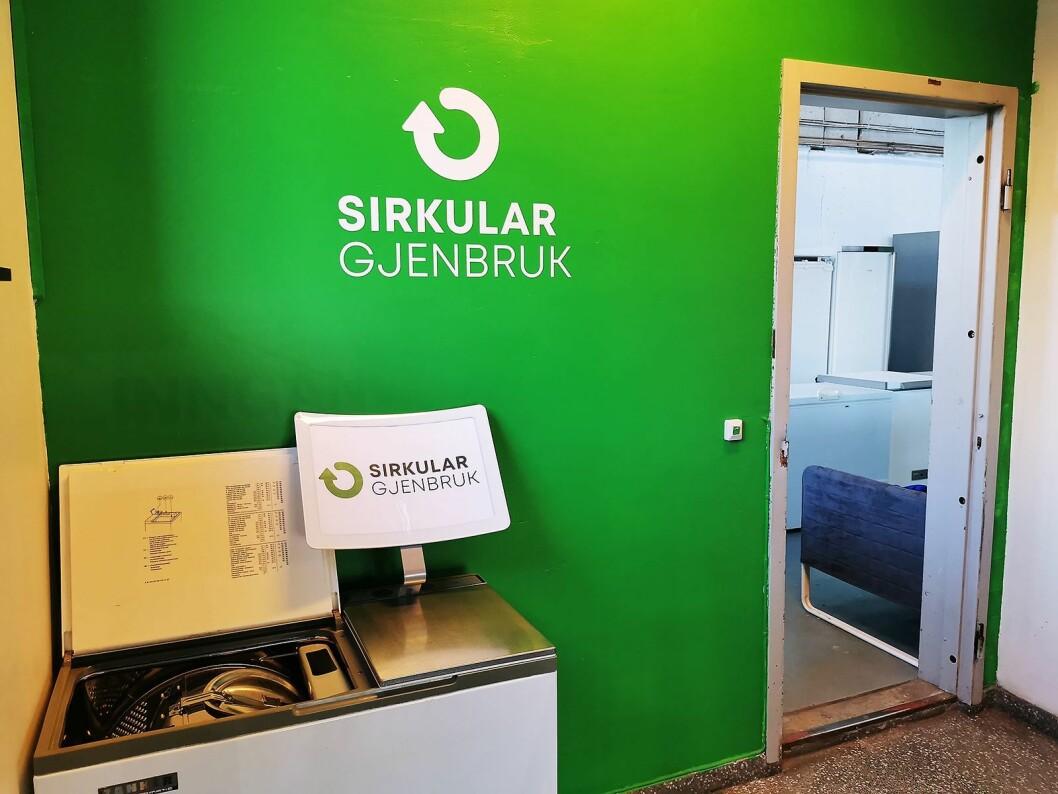 Inngangspartiet til Sirkular Gjenbruk er malt miljøgrønt. Foto: Stian Sønsteng.