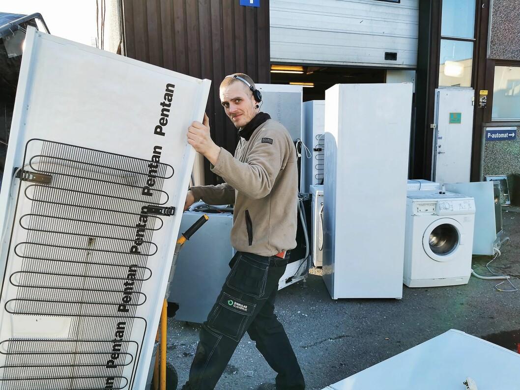 Thomas Sveen Nordbeck traller inn et skap som er levert inn til Sirkular Gjenbruk for reparasjon. Foto: Stian Sønsteng.