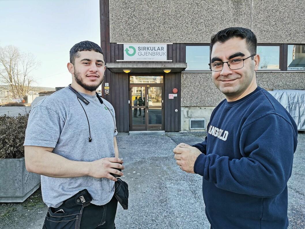 Abdulrahman Ihneti (t. v.) og Jawad Azadmehr utenfor Sirkular Gjenbruks lokaler på Vollebekk i Oslo. Foto: Stian Sønsteng.